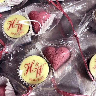 Hochzeitspraline und Herz verpackt im Tütchen